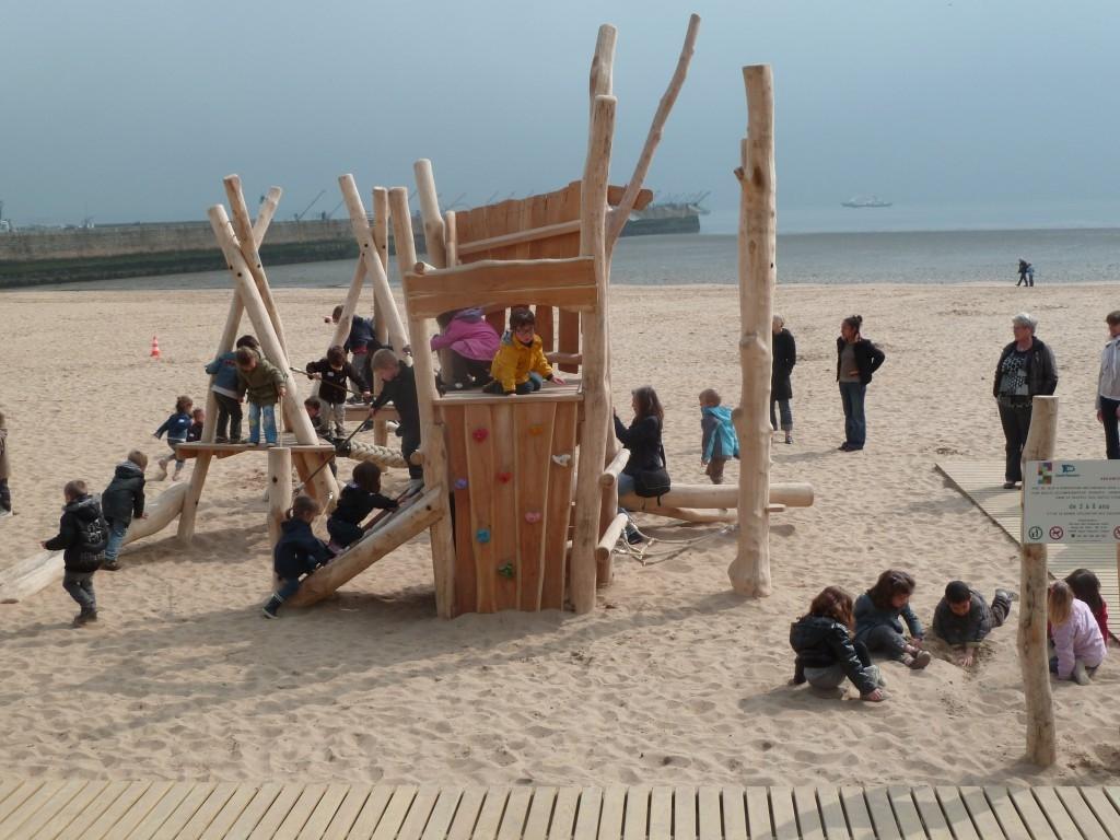 des jeux sur la plage de saint nazaire. Black Bedroom Furniture Sets. Home Design Ideas